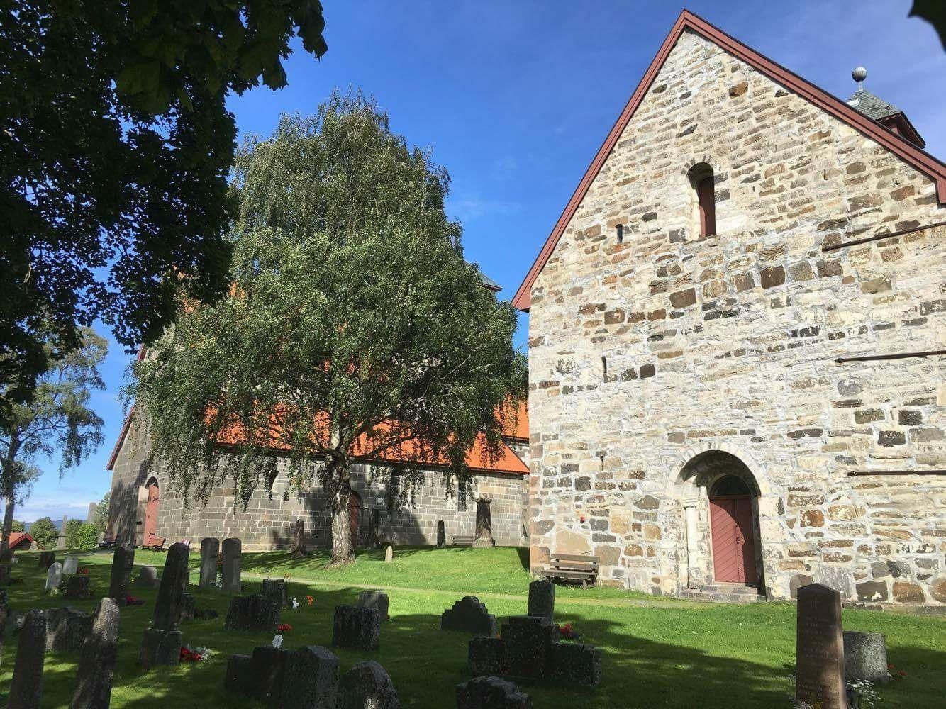 Søsterkirkene på Gran (Foto: Per Olav Hansen)