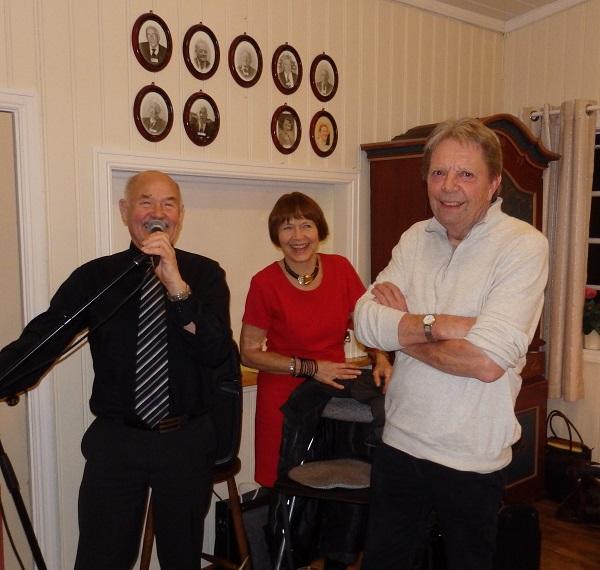 Frå venstre Birger Paulsen, sekretær, Astrid Hoel Riise, leder og spelemann Jan Borseth.
