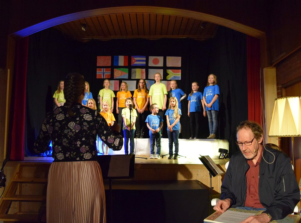 Koret og dirigent Anne Karin Støren og Ole Magnar Morken som Bestefar Viggen