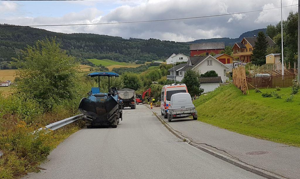 Det blir til tider trangt på veiene under fiberutbyggingen.