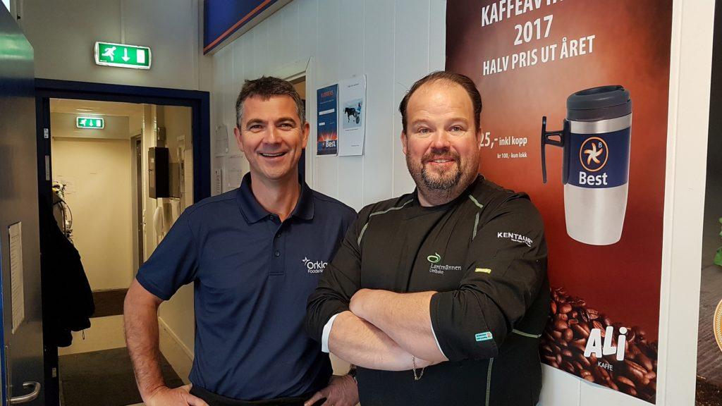 (f.v) Helge Hansen fra Orkla Foods og Øyvind Barø i fra Lantmännen hjelp til med burgerne.