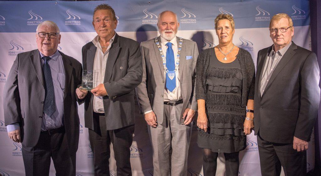 Velfortjent pris (f.v) Erling Lofgren, Åge Johansen, Ordfører Jon P. Husby, Anita Johansen og Erling Sjømo (Foto: Viggo Raju Jakobsen, Globetrotter event & artist as).