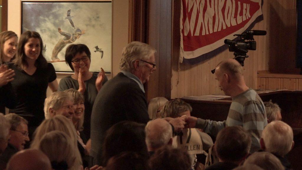 Nils Arne Eggen mottar originalt starnummer og minnepenn med bilder fra Marikollen.