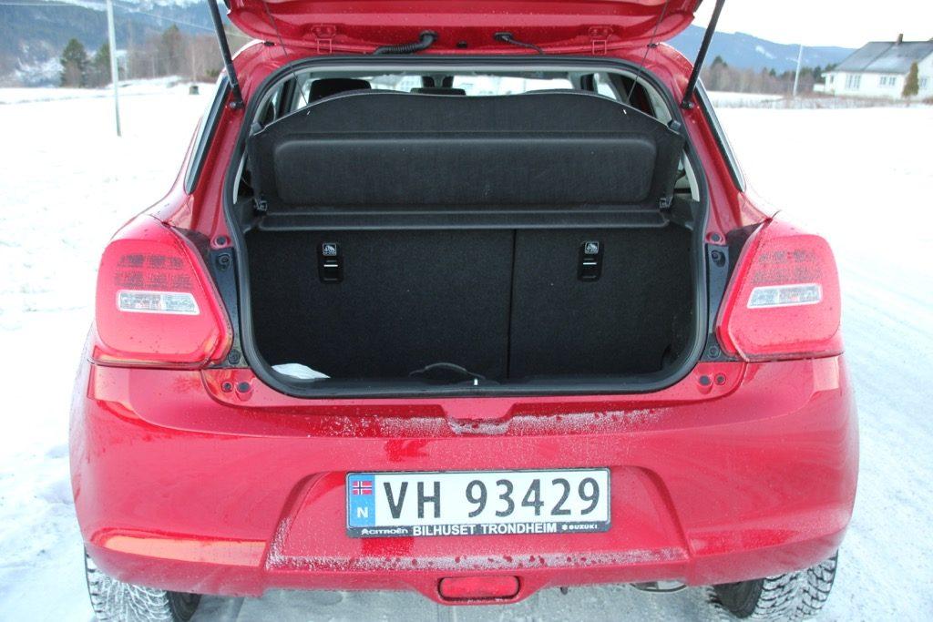 BAGASJEROM: Bagasjerommet er oppgitt til 265 liter. Legger man ned baksetene har man god plass med 580 liter.